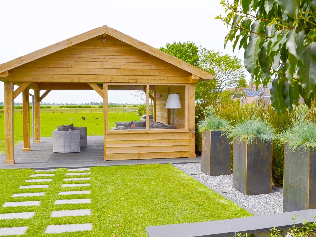 Tuinaanleg: moderne loungetuin met douglas overkapping en composiet vlonder