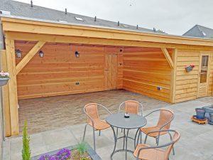 Douglas hout, populaire houtsoort, overkapping met tuinhuis zweeds rabat plat dak